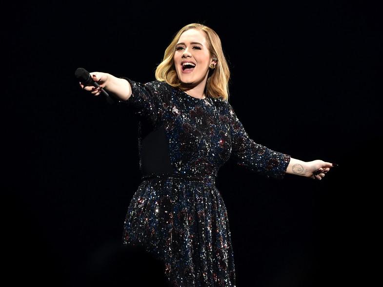 Adele sorprende con vestido ceñido al cuerpo